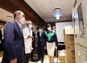 菅首相、臨時医療施設・品川プリンスホテルを視察